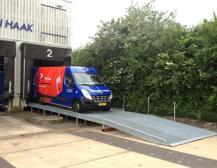 Te koop: twee laadbruggen voor bestelwagens
