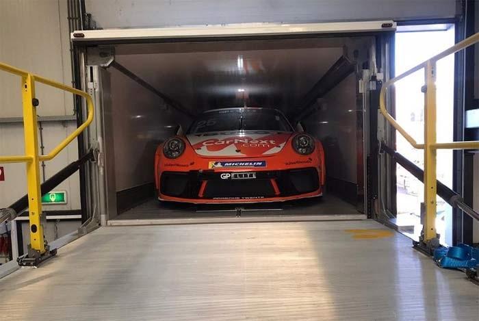 Dubbele-laadvloer trailer met parkeergarage en kantoor — voor de racerij